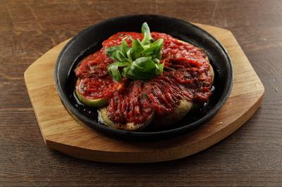 Цукини и баклажаны запеченные под томатным соусом