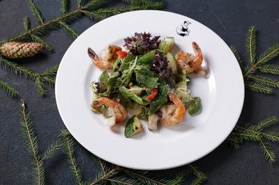 Теплый салат с креветками и авокадо