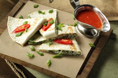 Тортилья с сыром сулугуни и зеленью