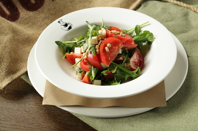 Салат с сулугуни и рукколой