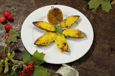 Мидии запеченные под соусом 3 сыра