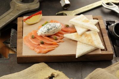 Лосось слабосоленый с творожным сыром и тостами