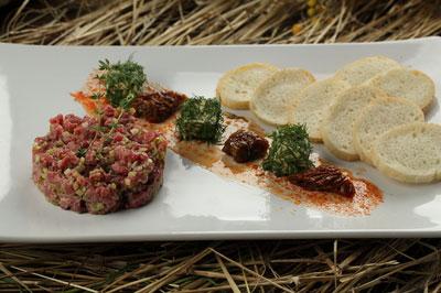 Тартар из говядины с тостами